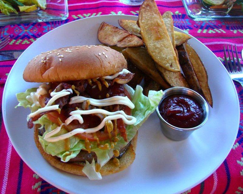 El Balcon Cocina Artesanal race burger