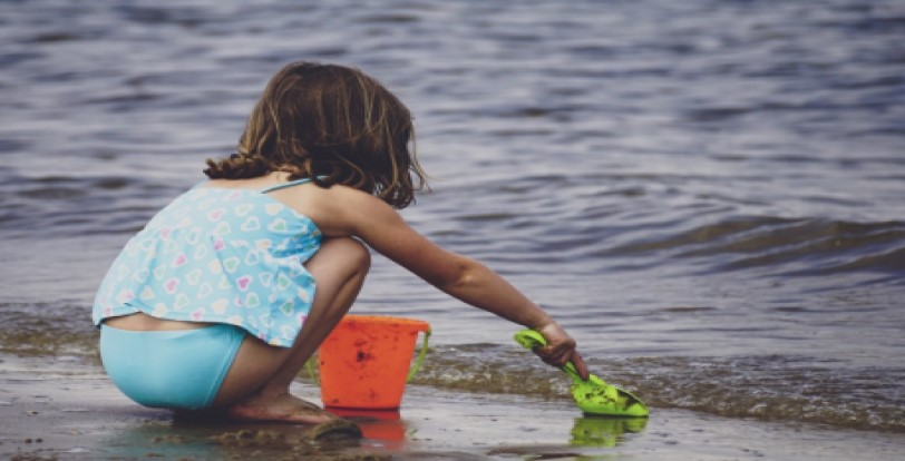 kids playing pass water on vacation in San Felipe